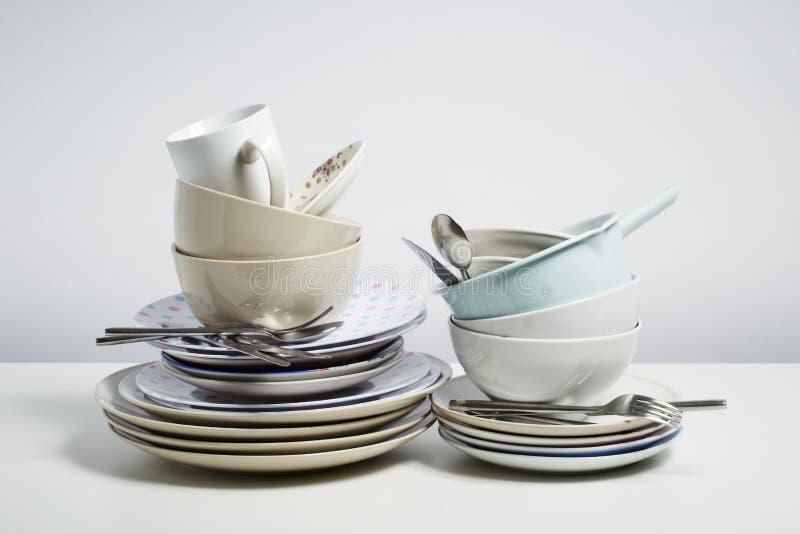Пакостные блюда на белой предпосылке стоковое фото rf