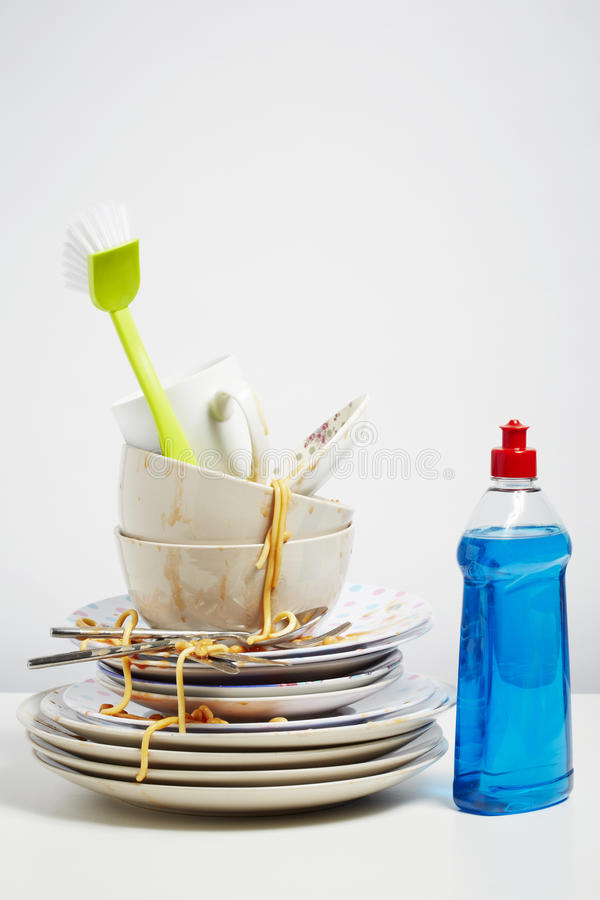 Пакостные блюда складывают мыть вверх на белой предпосылке стоковая фотография