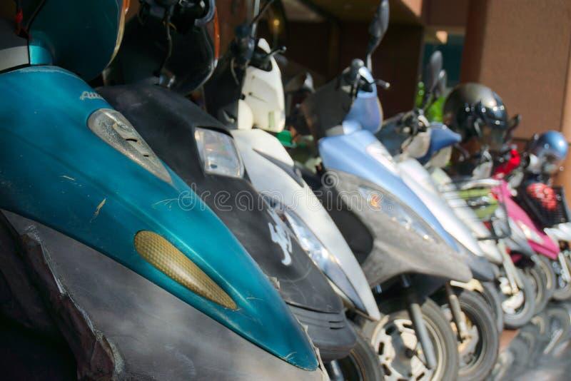 Пакостные самокаты припарковали на улице в азиатском городе стоковые изображения rf