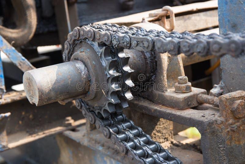 Пакостные цепь и cogwheel в системе машины стоковые изображения rf