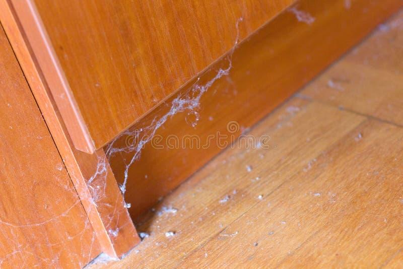 Пакостные unswept паутины пыли пола стоковое изображение rf