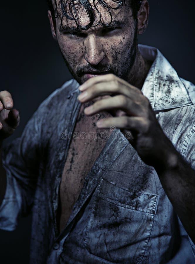 Пакостный красивый человек prepareing для того чтобы воевать стоковая фотография