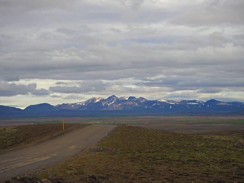 Пакостный ринв дороги f горы дезертировал ландшафт к rhyoliet стоковые фотографии rf