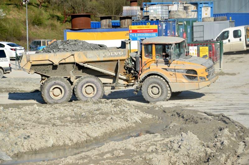Пакостный тяжелый dumper Volvo нагрузил утесом двигая в месте производства работ стоковые изображения rf
