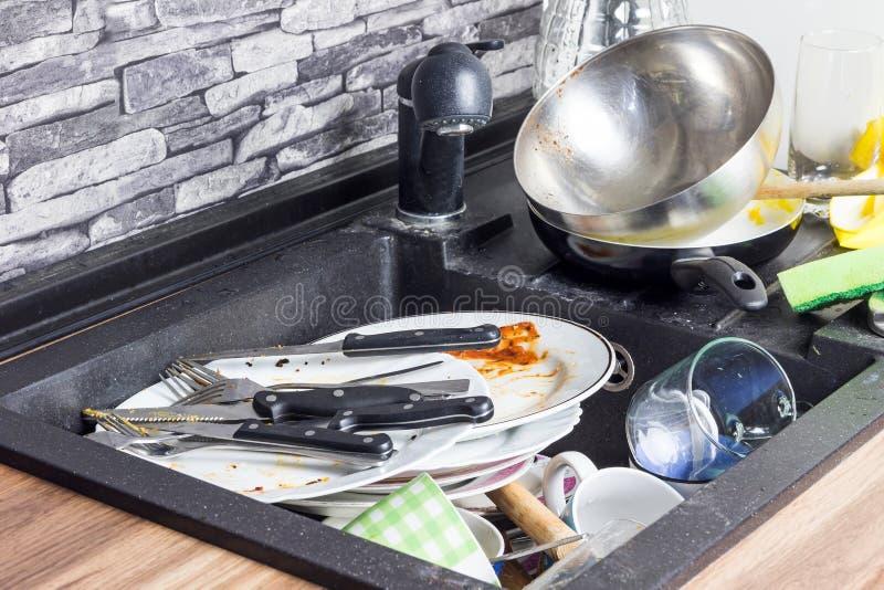 Пакостный kitchenware в раковине стоковое фото
