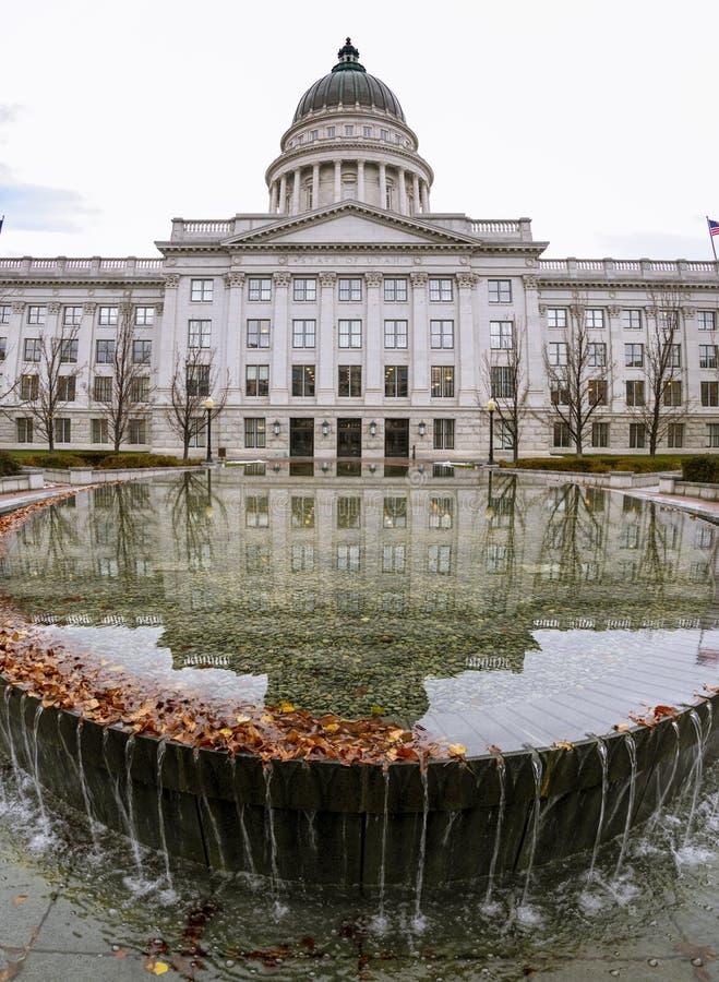 Палата Юты отраженная в пруде стоковое изображение