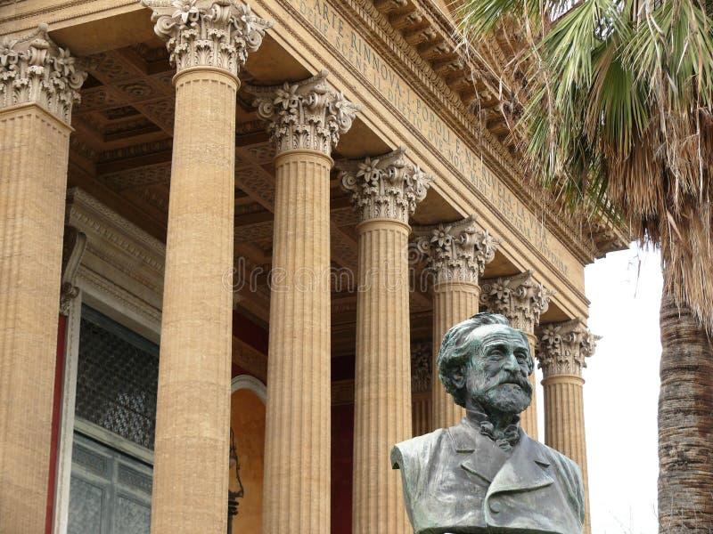 Палермо, Сицилия, Италия 11/04/2010 Главный фасад Teatro Massimo стоковые фото