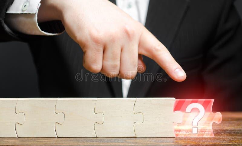 палец бизнесмена указывает на отсутствие компонента в цепочке головоломки Отсутствует или отсутствует компонент или элемент Недос стоковая фотография rf