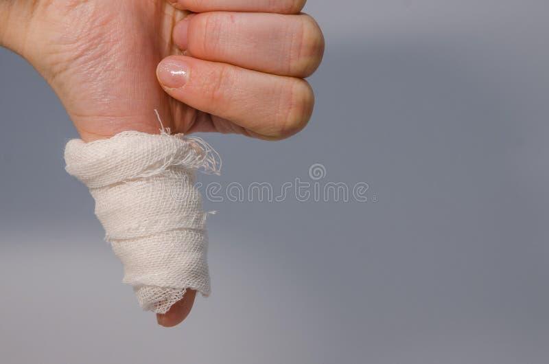 Палец в кровопролитной повязке стоковые изображения