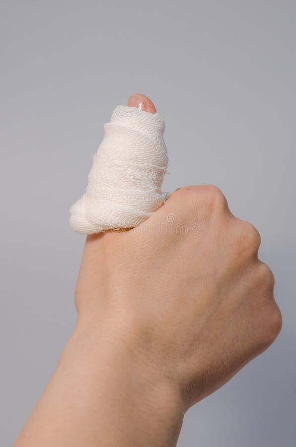 Палец в кровопролитной повязке стоковые фото