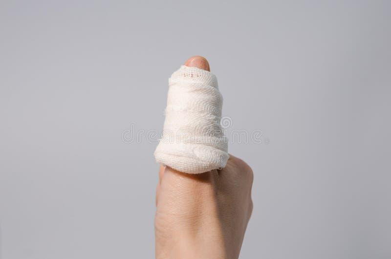 Палец в кровопролитной повязке стоковое фото