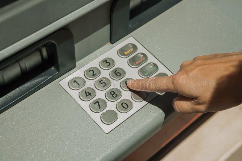 Палец женщины на клавиатуре банкомата улицы на Мериде стоковые изображения rf