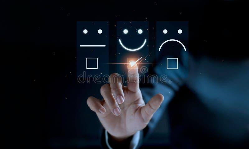 Палец касаться бизнесмена и улыбки смайлика стороны значка контрольной пометки на темной предпосылке стоковое фото