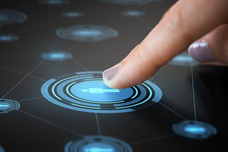 Палец касаясь значку сети на взаимодействующей панели стоковые изображения