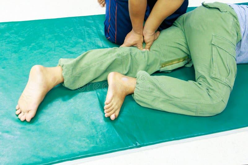 Палец массажа образования студента тренируя пресса на медицине традиционного массажа ноги тайской стоковые фото