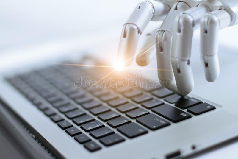 Палец робота указывая и работая на кнопке клавиатуры компьтер-книжки, AI стоковое фото rf