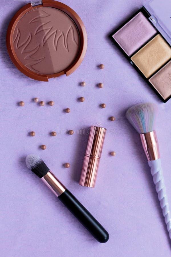 Палитра макияжа, продукты, щетки, highlighter, контуря жемчуга, подняла картина золота, щетка единорога стоковые фотографии rf