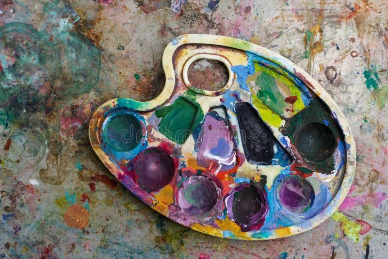Палитра с красками на старой грязной предпосылке стоковые изображения rf