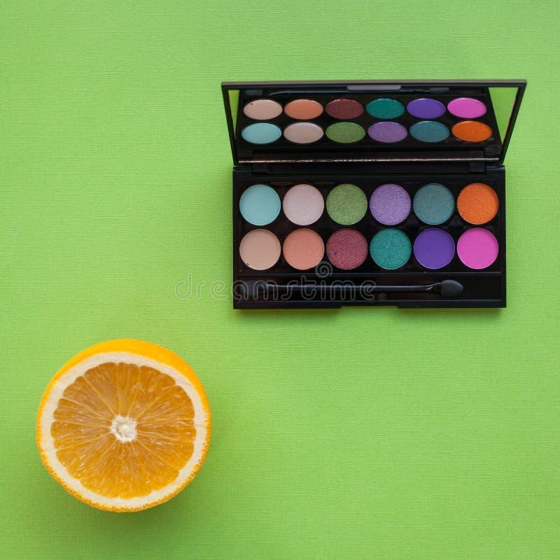 Палитра multicolor косметики составляет, наблюдает палитру тени, красочную текстуру теней стоковая фотография
