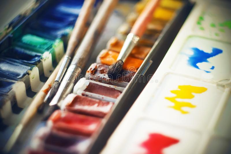Палитра 'Watercolor' с разнообразными цветами и оттенками, а также кистями стоковые фотографии rf