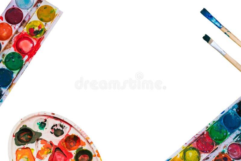 3 палитры и кисти на белой предпосылке Краска и палитра акварели с пятнами Кисти в краске стоковое фото