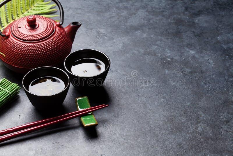 Палочки зеленого чая и суш Японский комплект еды стоковое фото