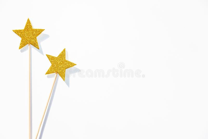 2 палочки золотых партии волшебных на белой предпосылке скопируйте космос стоковая фотография rf