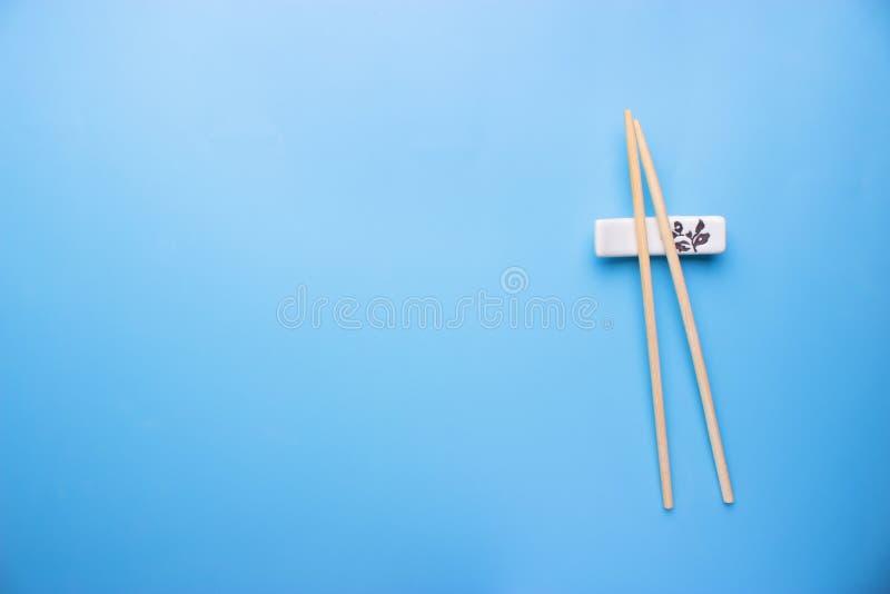 Палочки и соевый соус на голубой предпосылке стоковые изображения rf