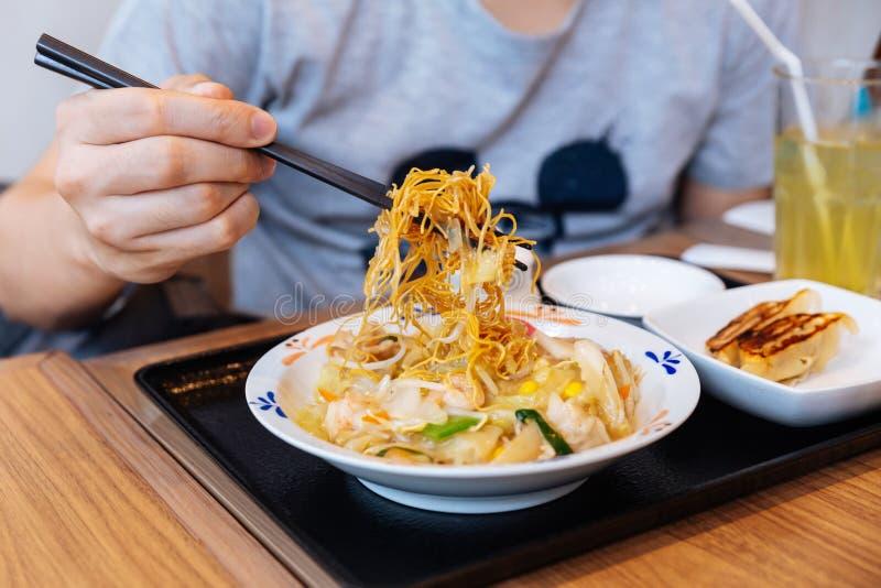Палочки сжимая рамэны Champon блюдо которое региональная кухня Нагасаки, Япония лапши стоковое изображение