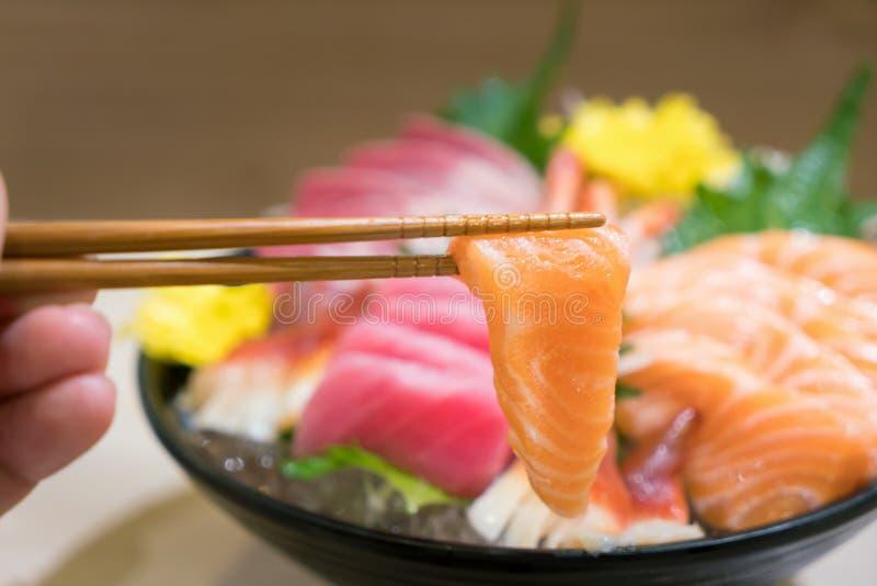 Палочки с Salmon сасими с смешанным отрезанным сасими рыб дальше стоковые изображения