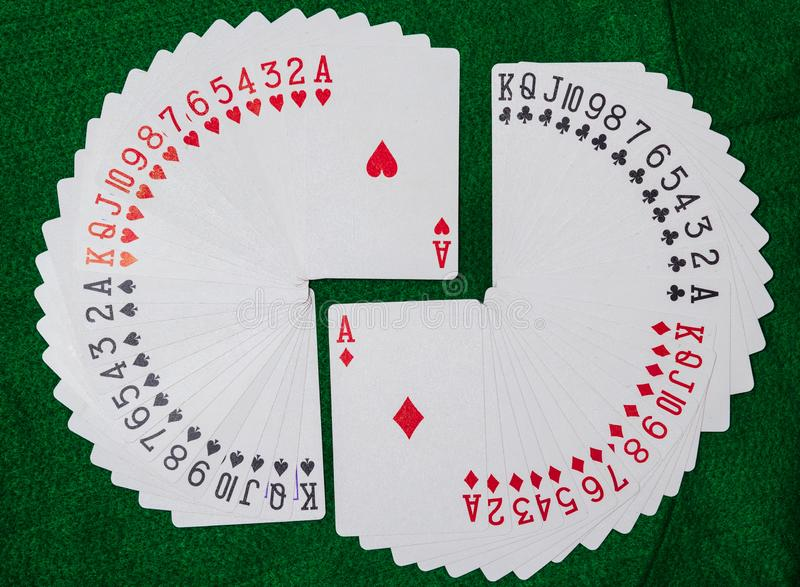 Палуба игральных карт, 13 рядов в каждом из 4 костюмов, клубов, диамантов, сердец и лопат стоковые фото