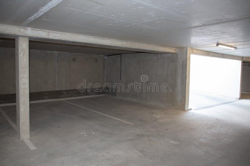 Палуба подземного автомобиля цемента гаража пустая паркуя стоковая фотография