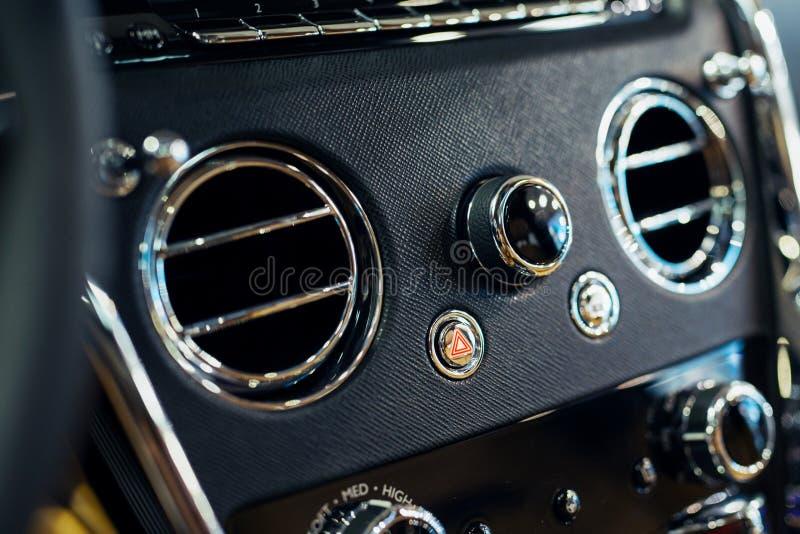 Палуба управлением и вентиляцией AC роскошного автомобиля внутренняя стоковое изображение rf