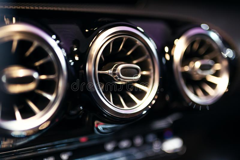Интерьер современного автомобиля, кондиционер автомобиля стоковые изображения