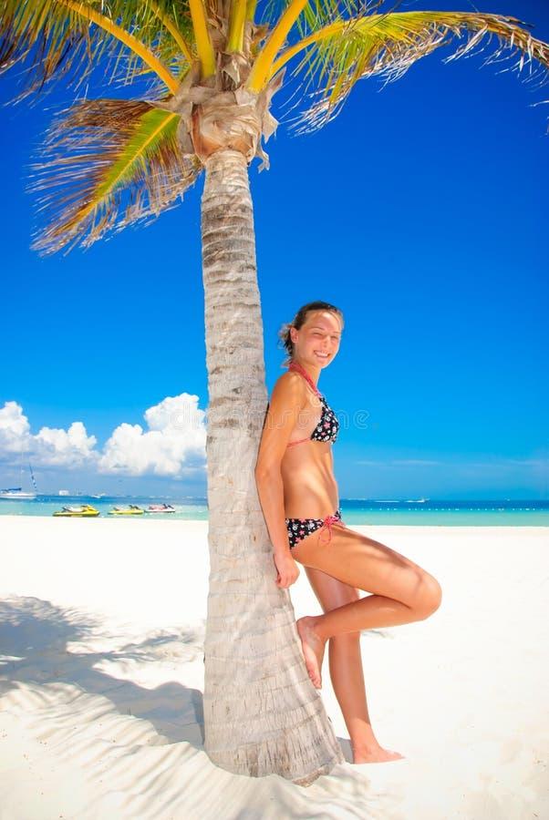 пальма девушки стоковая фотография rf