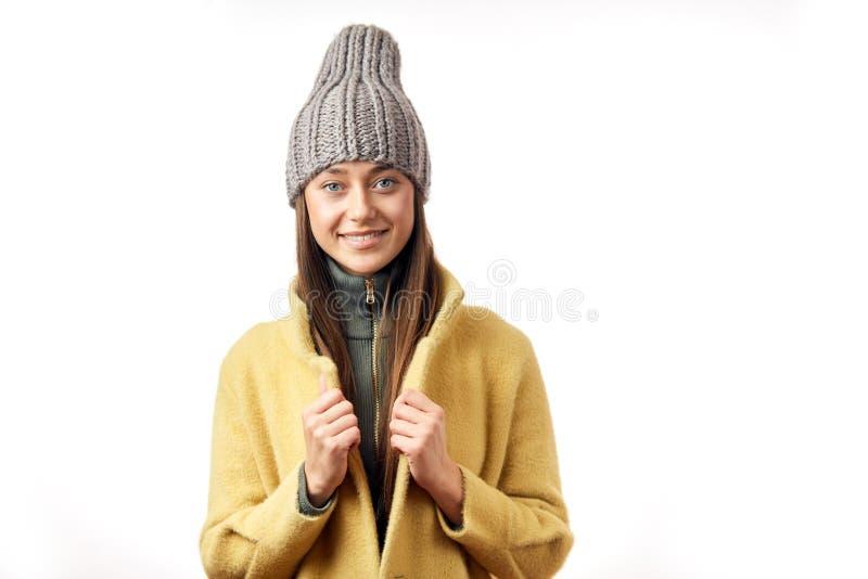 Пальто зимы молодой женщины хипстера нося изолированное над белой предпосылкой стоковое фото