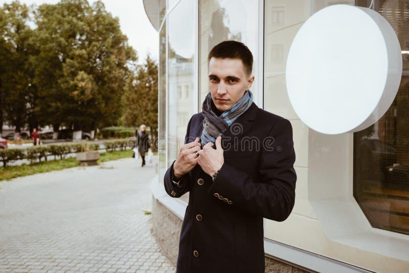Пальто и шарф человека стоковое фото rf