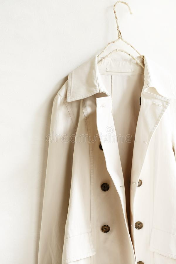 Пальто канавы бежа или greige элегантное изолированное над белизной стоковое изображение