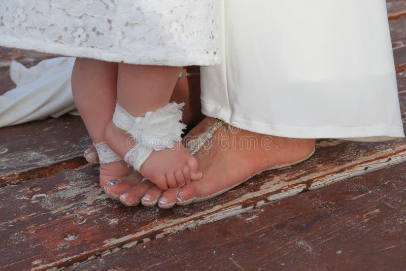 Пальцы ноги девушки невесты и цветка стоковое фото