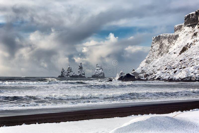 Пальцы ноги тролля горных пород базальта на черном пляже Reynisdrangar, Vik, Исландия стоковая фотография