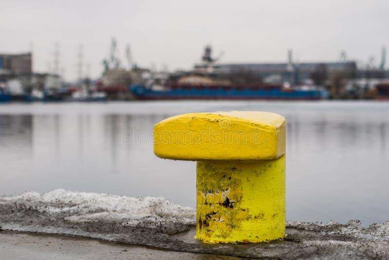 Пал зачаливания entwined с веревочкой зачаливания Причаленные корабли на стоковая фотография