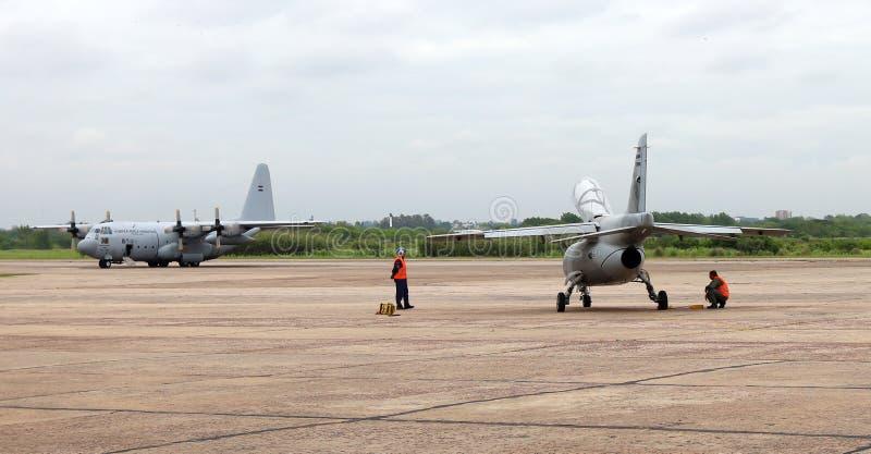 Пампас FMA IA-63 и Lockheed C-130 Геркулес на авиационной бригаде I El Паломар в Buens Aires Аргентине стоковые фотографии rf