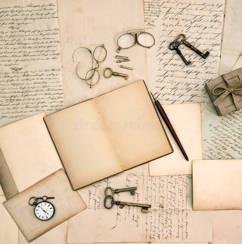 Памяти записывают, винтажные аксессуары, старые письма и документы стоковая фотография rf