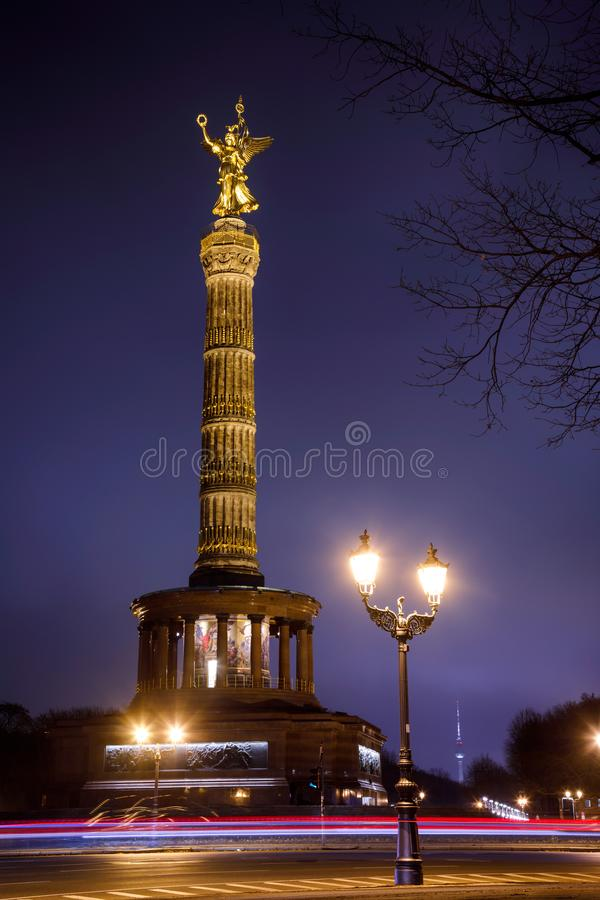 Памятник вечером Tiergarten Берлин Германия Siegessaule столбца победы Берлина стоковая фотография rf