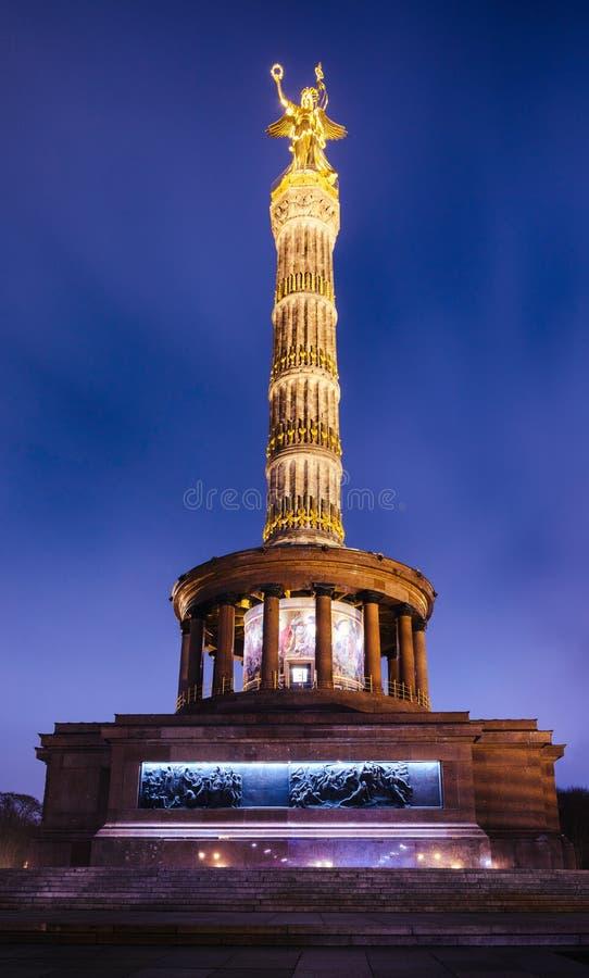 Памятник вечером Tiergarten Берлин Германия Siegessaule столбца победы Берлина стоковое фото