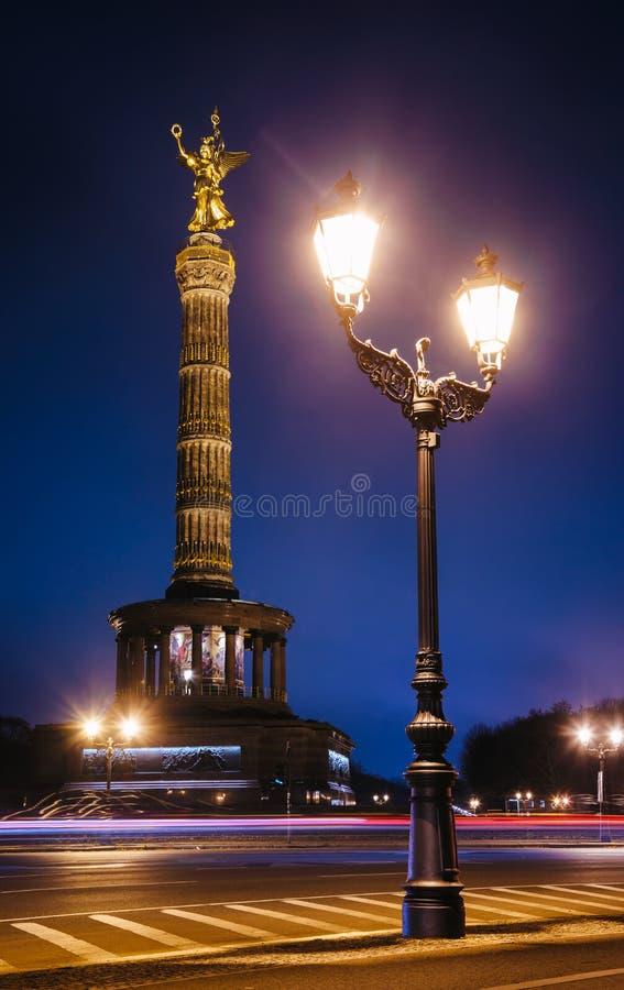 Памятник вечером Tiergarten Берлин Германия Siegessaule столбца победы Берлина стоковое изображение