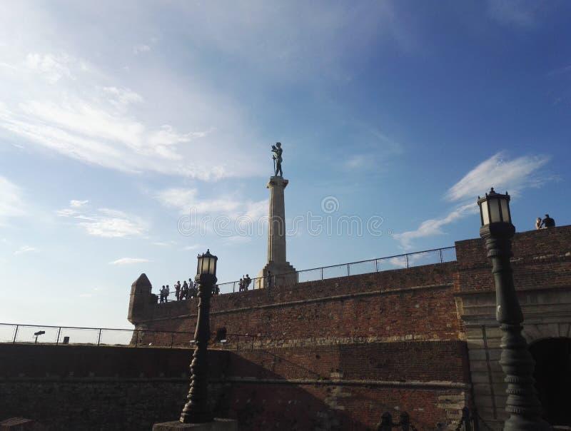 Памятник Виктор и стены крепости Белграда, голубого неба в предпосылке стоковые фото