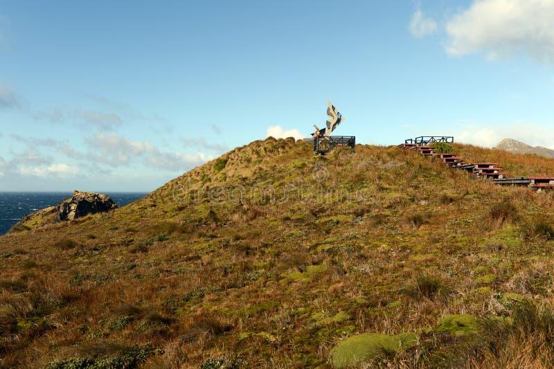 Памятник в форме альбатроса был установлен на остров Gorne в честь матросов которые умерли пока пробующ к r стоковые фото