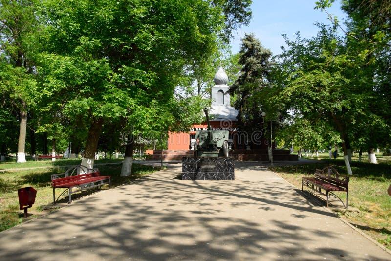 Памятник в честь победы в Второй Мировой Войне Карамболь артиллерии и здание с баками земли от мест сражения стоковое фото rf