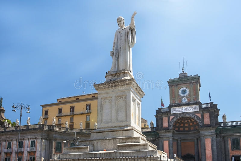 Памятник Данте Алигьери на аркаде Dante в Неаполь стоковое изображение rf